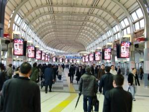001JR品川駅通路液晶ビジョン全景